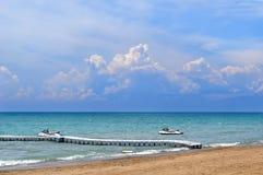 Las nubes de cúmulo dramáticas hermosas sobre el mar resisten y viajan fondo imagenes de archivo