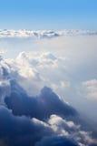 Las nubes de cúmulo están situadas en diversas alturas Imagenes de archivo