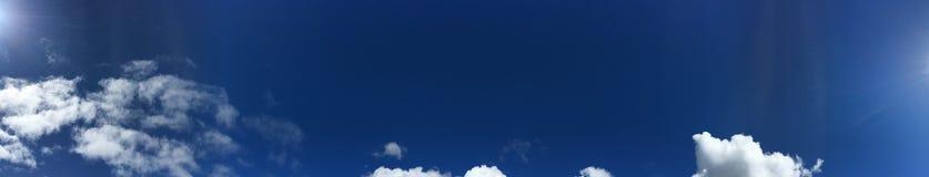 Las nubes de cúmulo están todo alrededor del cielo azul inmóvil Foto de archivo libre de regalías