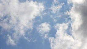 Las nubes de cúmulo hermosas se mueven rápidamente encendido almacen de video