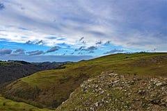 Las nubes de febrero recolectan sobre Thorpe Cloud, en Dovedale, Derbyshire imágenes de archivo libres de regalías