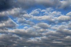 Las nubes de la natación les gusta el mar o del océano foto de archivo libre de regalías