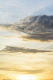 Las nubes de lluvia están recolectando la luz de la tarde Imagen de archivo libre de regalías