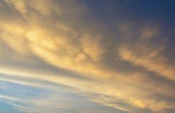 Las nubes de lluvia están recolectando la luz de la tarde Imagen de archivo