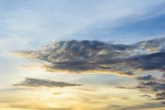 Las nubes de lluvia están recolectando la luz de la tarde de Foto de archivo libre de regalías