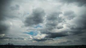 Las nubes de tormenta en el cielo se están moviendo sobre las casas de la ciudad Lapso de tiempo almacen de video