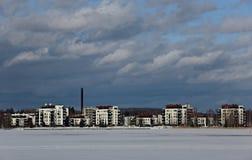 Las nubes de tormenta gris oscuro están subiendo sobre la ciudad Imagen de archivo