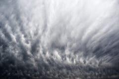 Las nubes de tormenta pesadas que traen el invierno frío resisten Fotos de archivo libres de regalías
