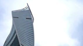 Las nubes de tormenta que flotan sobre la evolución se elevan (DNA) - el rascacielos del centro de negocios del International de  almacen de metraje de vídeo
