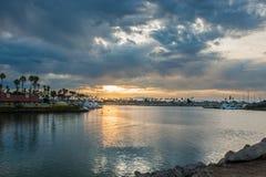 Las nubes del amanecer rompen bastantes para permitir un punto de la sol en la tubería Fotos de archivo libres de regalías