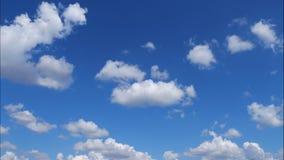 Las nubes del lapso de tiempo, las nubes hinchadas rápidamente rodantes se están moviendo, el timelapse blanco de las nubes de la almacen de metraje de vídeo
