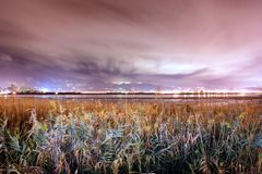 Las nubes del vuelo en el amanecer Fotos de archivo