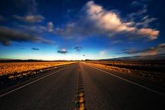 Las nubes empañan sobre una carretera del desierto Foto de archivo libre de regalías