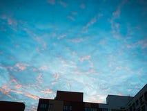 Las nubes en el cielo durante la puesta del sol de la tarde Foto de archivo libre de regalías