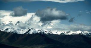 las nubes enormes del timelapse 4k forman la rueda sobre namtso del lago y la montaña de la nieve en Tíbet