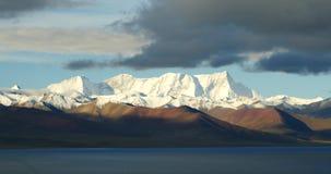 las nubes enormes 4k forman la rueda sobre namtso del lago y nievan montaña, Tíbet mansarovar almacen de video