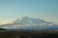 Las nubes envolvieron para arriba una colina gigante y su mañana era caliente Imagenes de archivo