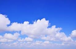 Las nubes extensas del cielo azul Fotos de archivo
