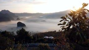 Las nubes flotan en el valle de la mañana