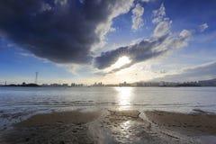 Las nubes gruesas no pueden cubrir la puesta del sol Imagen de archivo