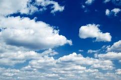 Las nubes hermosas. Foto de archivo