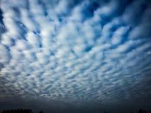 Las nubes hermosas les gusta un desierto Fotos de archivo