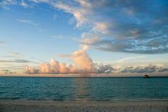Las nubes hermosas sobre el océano Imagen de archivo libre de regalías