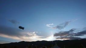 Las nubes móviles de la puesta del sol video de Timelapse sobre la silueta de la montaña por la tarde, desforman y colorean color metrajes