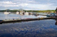 Las nubes mullidas reflejaron en las aguas inmóviles alrededor de puerto deportivo de la meauca foto de archivo libre de regalías