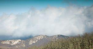 Las nubes ocultan el pico de montaña almacen de metraje de vídeo