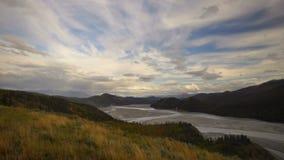 Las nubes pasan sobre la cuenca de río del temporal de lluvia de las montañas de Wrangell Alaska almacen de video