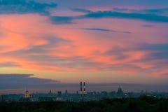 Las nubes pintadas por puesta del sol sobre Moscú Imágenes de archivo libres de regalías