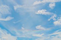 Las nubes recolectan denso en el sol caliente antes de que la lluvia desplace para apagar el calor foto de archivo libre de regalías