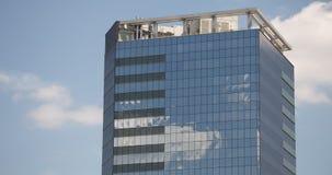 Las nubes reflejadas en el rascacielos de cristal