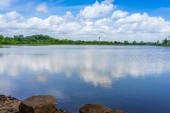 Las nubes reflejan en Texas Pond imagen de archivo libre de regalías