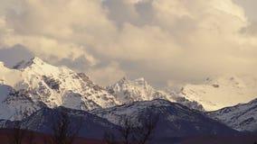 Las nubes ruedan encima la cordillera de Alaska de los altos picos almacen de metraje de vídeo