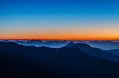 Las nubes ruedan encima las montañas Foto de archivo libre de regalías