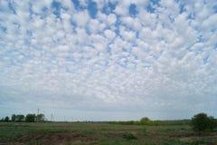 Las nubes se distribuyen uniformemente en el cielo sobre la estepa Imagen de archivo