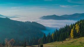 Las nubes se están moviendo en un valle de la montaña metrajes