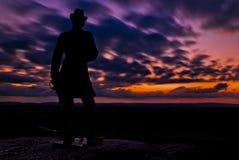 Las nubes se mueven detrás de una estatua en una exposición larga tomada después de sunse imagenes de archivo