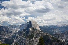 Las nubes siniestras rodean la media montaña de la bóveda en el parque nacional de Yosemite fotografía de archivo