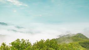 Las nubes sobre las montañas almacen de video