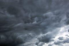 Las nubes tempestuosas han apretado el cielo azul foto de archivo libre de regalías