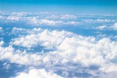 Las nubes ven en vuelo arriba Fotos de archivo libres de regalías