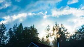 Las nubes y el cielo por la tarde se nubla por la tarde en que el sol comienza a correr bajo metrajes