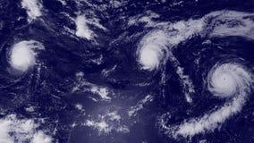 Las nubes y el huracán asalta sobre el océano, visión por satélite