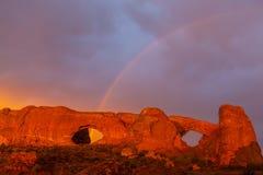 Las nubes y la lluvia dramáticas de tormenta en parque nacional de los arcos abandonan Fotos de archivo libres de regalías