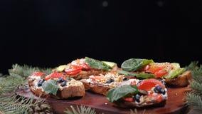 Las nueces caen abajo en el número de bocadillos frescos puestos en fondo de madera Concepto de la porción de la comida Ramas de  almacen de metraje de vídeo