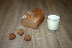 Las nueces de la leche del pan del desayuno de la cena ordeñan en un vidrio Imagenes de archivo