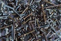 Las nueces, los pernos, las sujeciones, los tornillos y el otro harware para el fondo fotografía de archivo